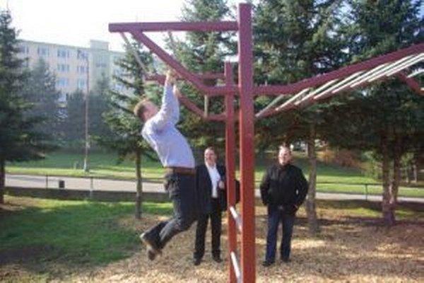 Konštrukciu pri otváraní otestoval zhybmi aj poslanec Peter Košík.
