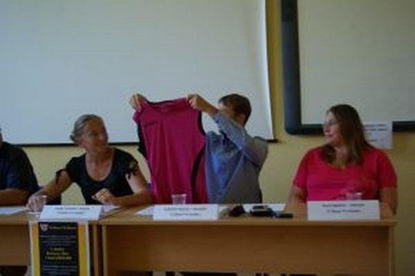Manažér Ľubo Havran na tlačovke ukázal verejnosti aj nové dresy.