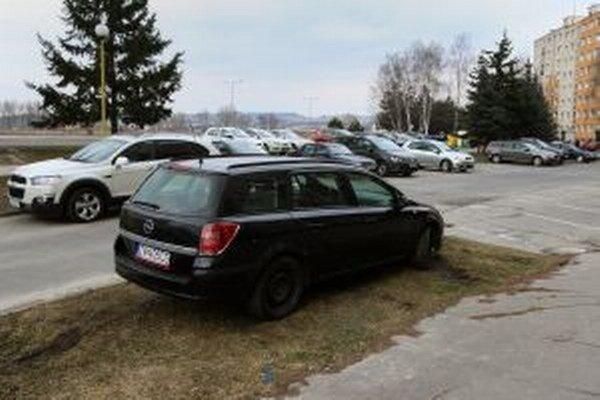 Na Západe je miesta málo, vodiči parkujú aj na tráve.