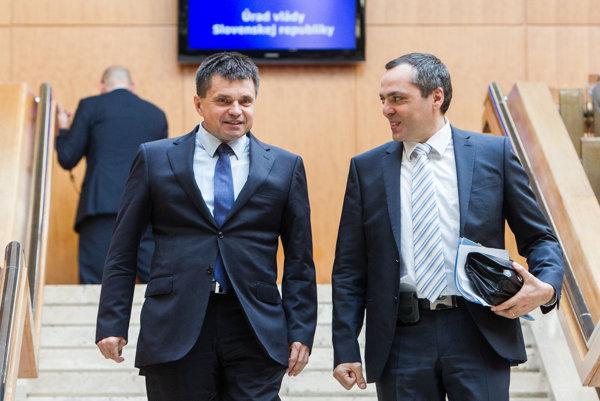 Ministrovi školstva Petrovi Plavčanovi sa môže vypomstiť jeho dlhoročné pôsobenie v čele pôžičkových fondov.