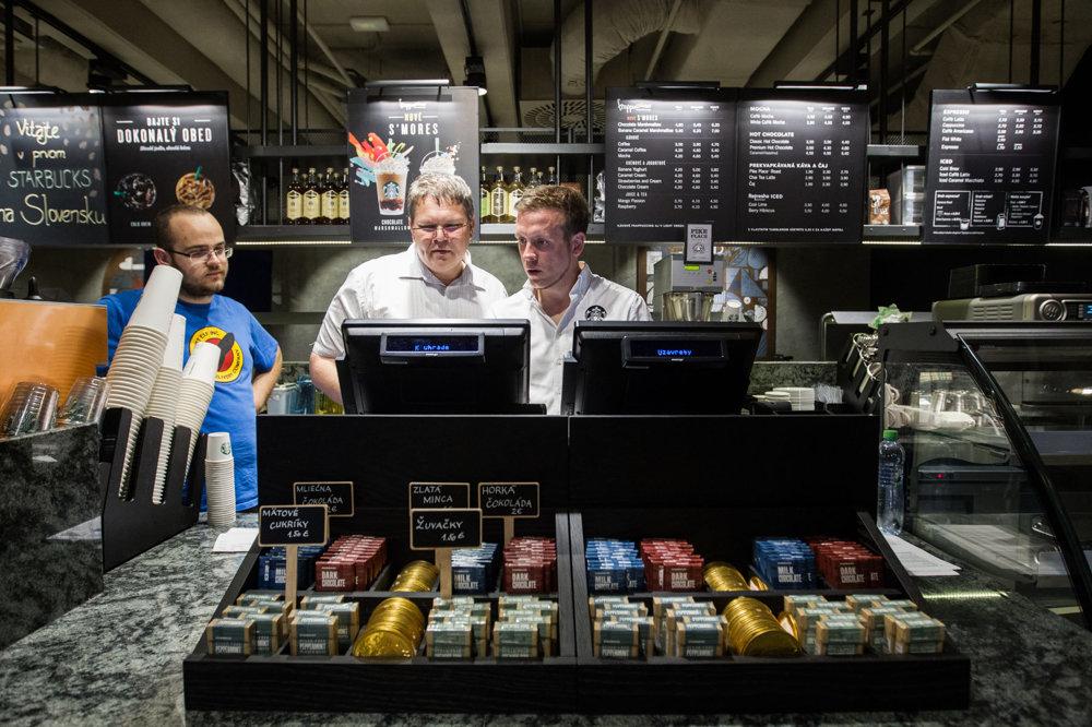 5775c837a9 Starbucks vznikol v roku 1971 v americkom meste Seattle. Názov spoločnosti  bol inšpirovaný knihou Biela Veľryba. Odvtedy Starbucks otvoril už 17-tisíc  ...