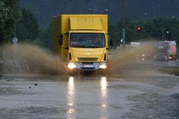 Zaplavené cesty vo Zvolene.