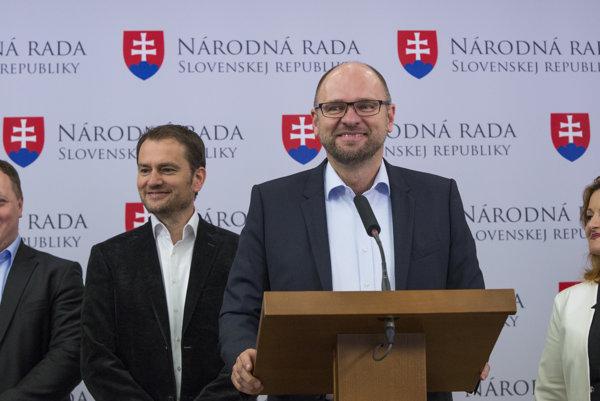 Richard Sulík (vpredu), Igor Matovič (druhý zľava), Richard Vašečka (vľavo) a Natália Blahová (vpravo) počas tlačovej konferencie po podpísaní Dohody o opozičnej rade.