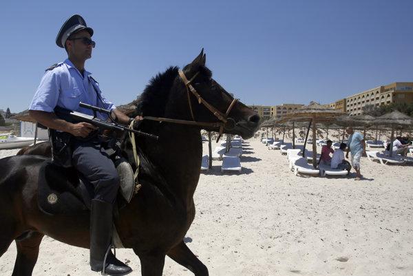 Po predvlaňajších útokoch v tuniskej Súse kontrolovali pláže policajti.