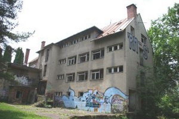 Budovu navrhol zvolenský architekt Gustáv Stadtrucker.