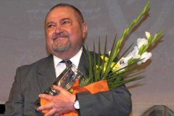 Mikuláš Onufrák sa narodil v roku 1941 v rusínskej obce Habura v okrese Medzilaborce.