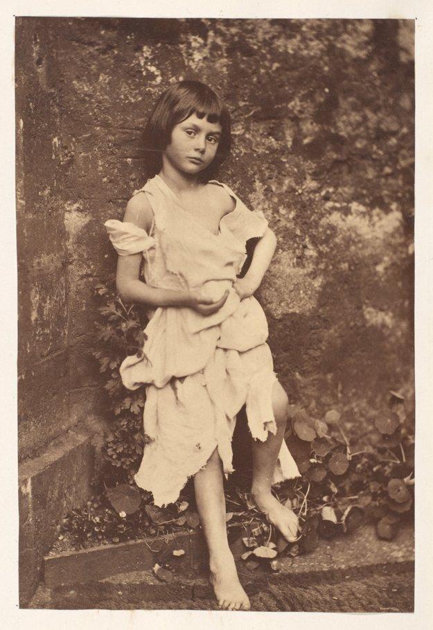 Učiteľ matematiky Charles Lutwidg Dodgson, známejší pod spisovateľským pseudonymom Lewis Carroll bol aj vášnivým fotografom. Alice bola jedným z jeho obľúbených motívov. Oblečenú za žobráčku ju odfotografoval v roku 1858. Neskôr jej napísal a venoval príbehy o Alice v krajine zázrakov a jej pokračovanie.