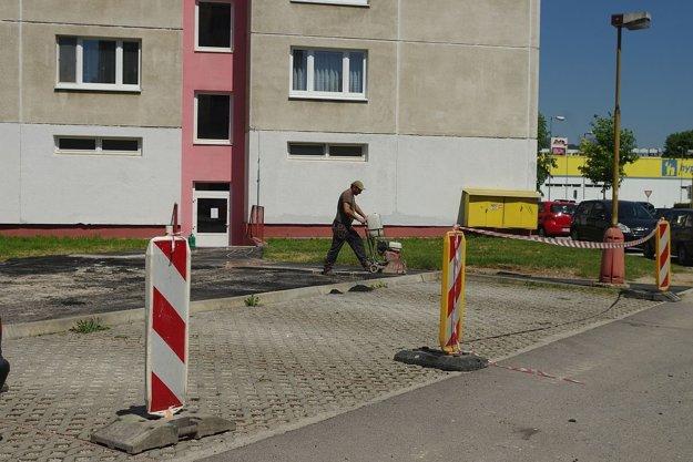 Práce pri panelákoch neďaleko hypernovy sú už v plnom prúde. Tu opravia nie len chodníky, ale aj ihrisko.