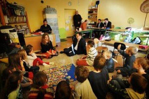 Juraj Draxler sa so žiakmi porozprával na koberci.