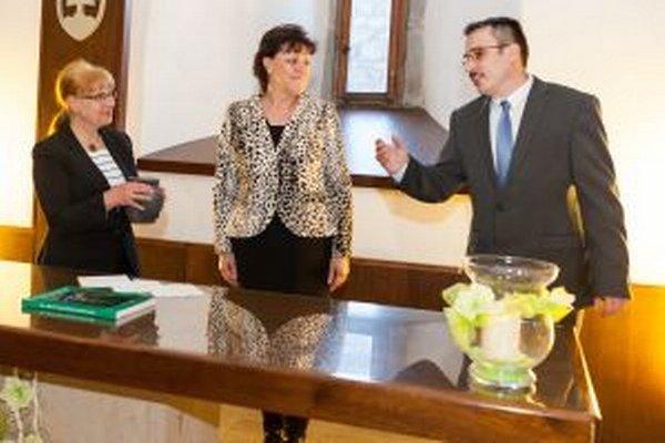 Knihu pokrstila hlinou primátorka Zvolena Lenka Balkovičová (v strede) a Marta Hanuliaková, vdova po Václavovi Hanuliakovi, ktorý výskum na Pustom hrade začal.