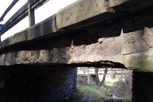 Mosty na ceste sú v zlom technickom stave.