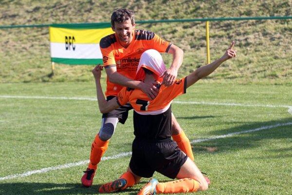 S autorom prvého gólu Petrom Maďarom sa teší Peter Bujalko.