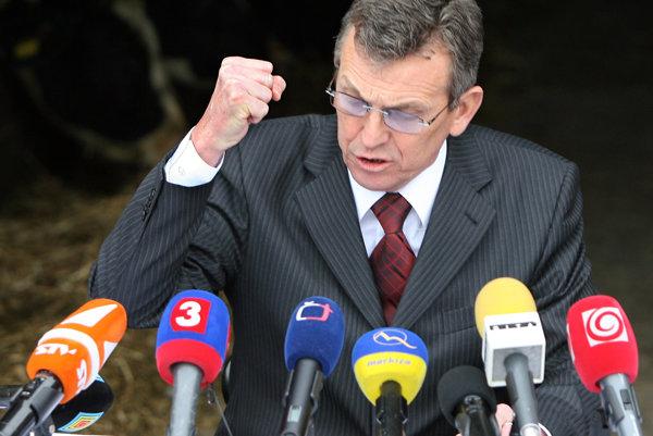 Mečiarov minister pôdohospodárstva Miroslav Jureňa sa s Ficovou vládou lúčil v kravíne.