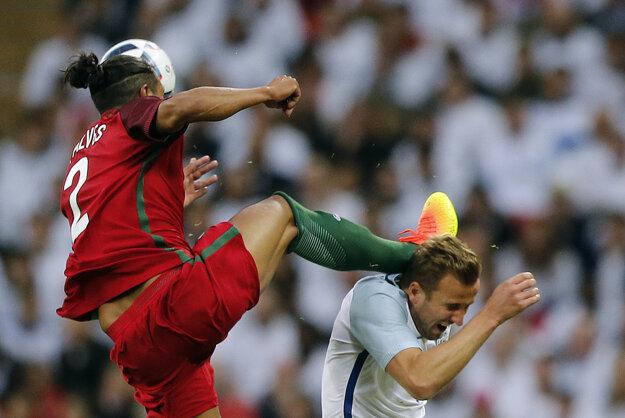 Portugalský stopér Bruno Alves (vľavo) za tento nevyberaný zákrok videl červenú kartu.