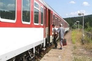 Počas výluky musia cestujúci prestupovať medzi vlakom a autobusom.