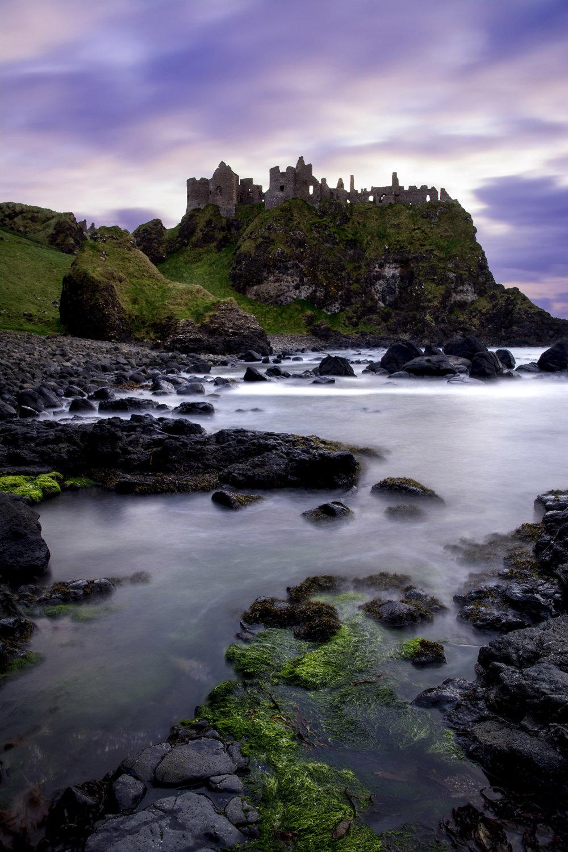 Súmrak. Hrad Dunluce v Severnom Írsku