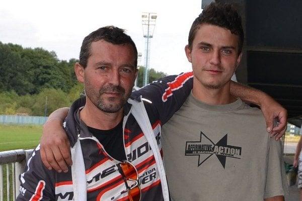 Michal Židzik z Makova (vľavo) miluje cyklistiku, futbal a hory. Na foto so synom futbalistom.