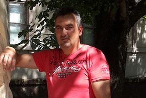 Milan Spodniak, starosta Ratky, pri diele umeleckého rezbára z Polomky.