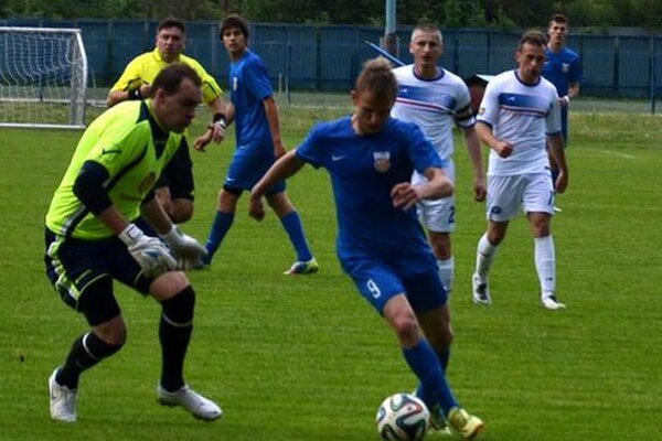 Gólman Makova sa snaží zastaviť Petra Rutkaja.
