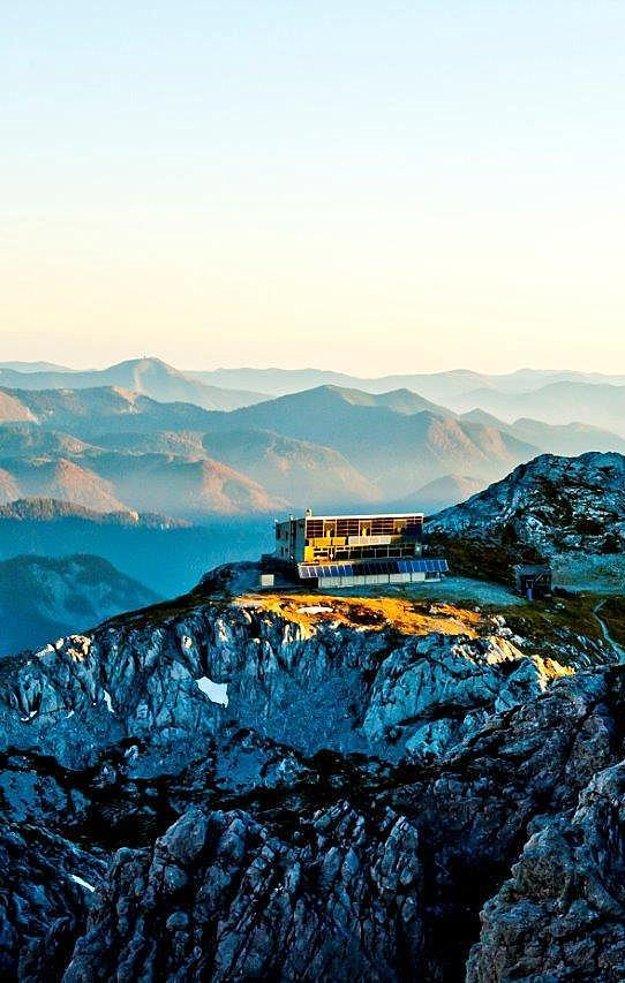 Schiestlhaus je prvá energeticky pasívna budova v tejto časti Álp. Leží v nadmorskej výške 2154  metrov nad morom.