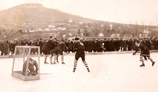 Prví vyznavači ľadového hokeja pod Zoborom si ihrisko vybudovali sami v priestore medzi terajším futbalovým a hokejovým štadiónom.