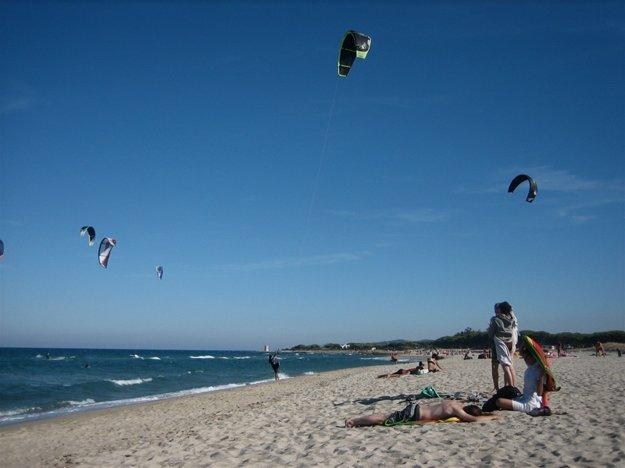 Pláž La Caletta je obľúbeným miestom surfistov a kitesurfistov.