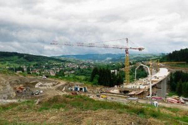 Práce na jednom z najťažších diaľničných úsekov, ktoré sa v súčasnosti u nás stavajú, prebiehajú podľa ministerstva v súlade s plánom.