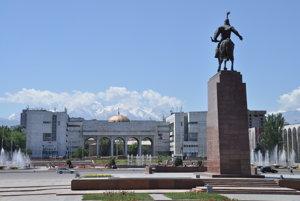 Námestie Ala Too v Biškeku s panorámou vysokých horských štítov pohoria Altaj.