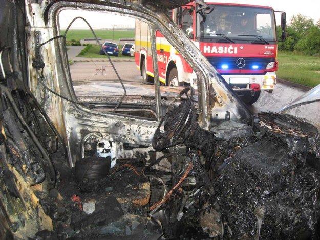 Autá zhoreli v Chtelnici.
