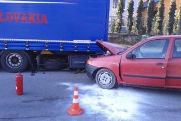 Osobné vozidlo narazilo do odstaveného kamióna