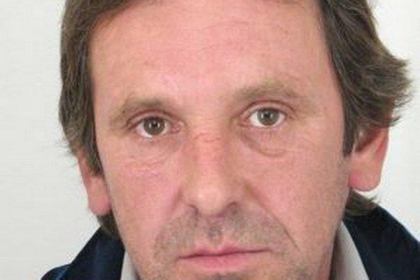 Po 52-ročnom Štefanovi Vraželovi z Rakovej pátra polícia.