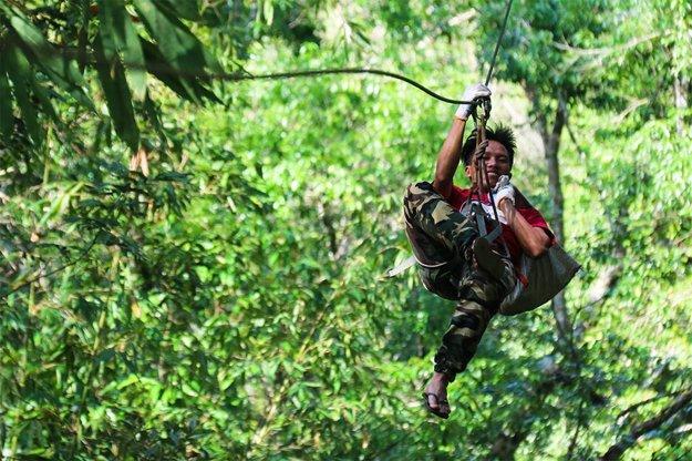 Presun v džungli uľahčuje lanová dráha.