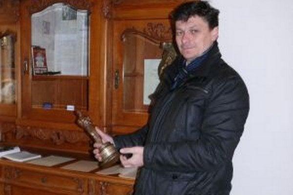 Starosta obce Ladislav Šimčisko s replikou amerického Oscara, ktorého získal Jozef Kroner za film Obchod na korze.