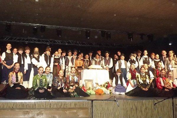 Účastníci osláv jubilea súboru.