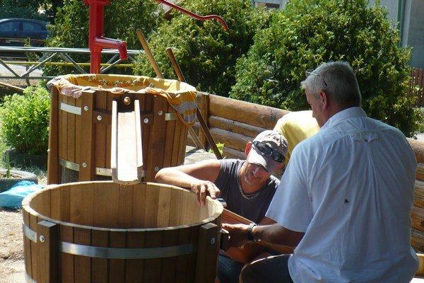 Jedna zo studní v Horšianskej doline pri Leviciach opäť slúži na osvieženie.