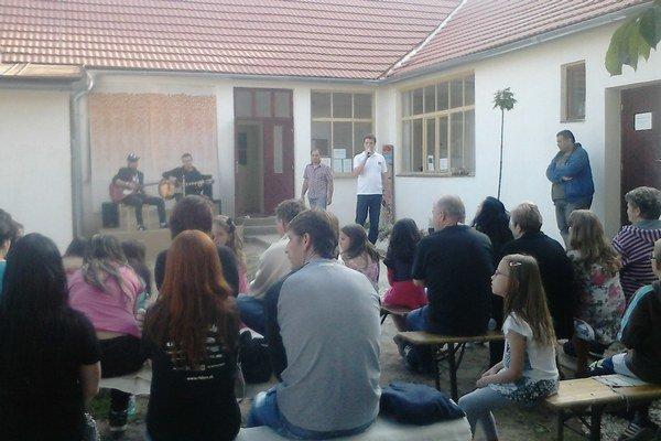 Podujatie sa konalo vo dvore komunitného centra.
