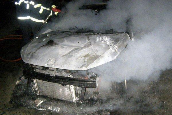 Podpaľači autá zapaľujú najmä v nočných alebo skorých ranných hodinách.