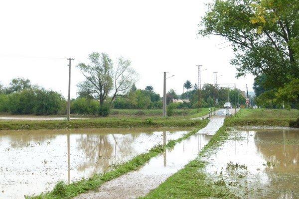 Od včerajška voda v Ipeľskom Sokolci upadla. Dnes už bola cesta prejazdná.