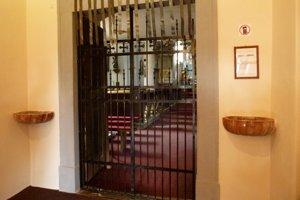 Tieto mreže v predsieni kostola vypáčil zlodej, aby sa dostal k pokladničke.