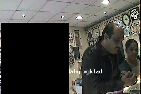 Polícia pátra po týchto osobách, ktoré zachytila kamera v zlatníctve.