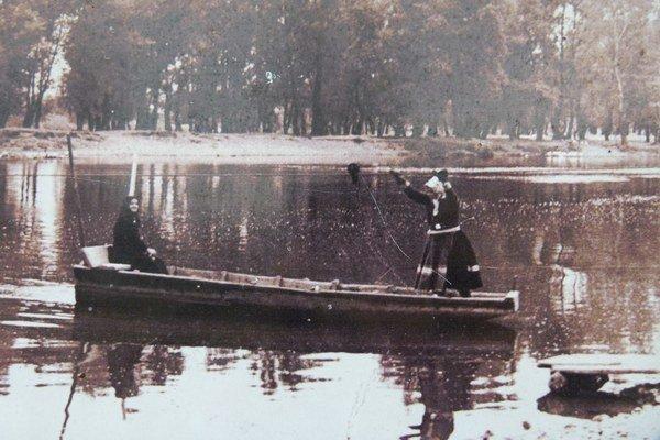 Jedna z dobových fotografií svedčí o tom, že prievozníčkami boli aj ženy.
