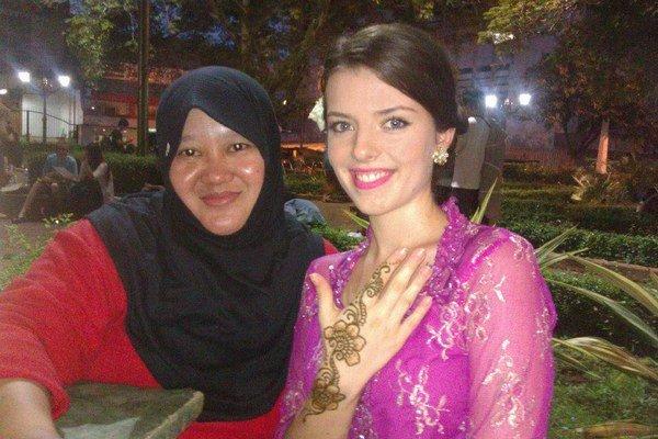 Barbora Hlôšková si v Indonézii vyskúšala tradičný odev.