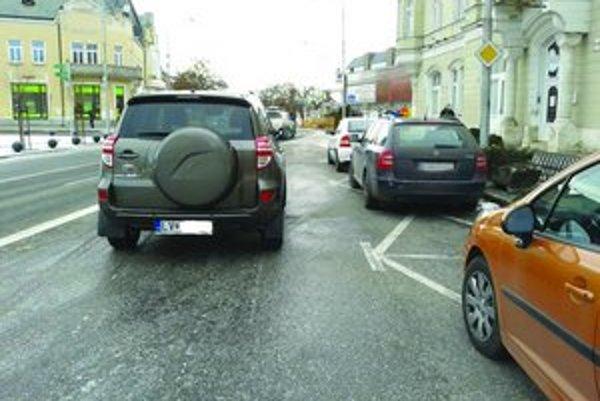 Na zle zaparkované auto upozornil na sociálnej sieti obyvateľ mesta.