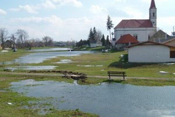 Horná Seč má opäť zaplavený stred dediny.
