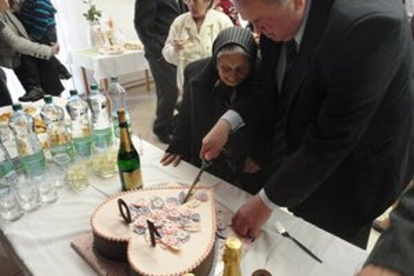 K oslave storočnice Heleny Školníkovej patrilo krájanie narodeninovej torty.