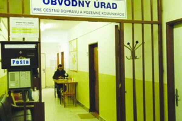V kancelárii pre cestnú dopravu a pozemné komunikácie v Leviciach zadržali pred štyrmi rokmi úradníčku. Teraz prokurátor vzniesol obžalobu.