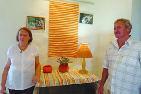 Manželia Rugalovci z vlastnoručne zhotovenými výrobkami.