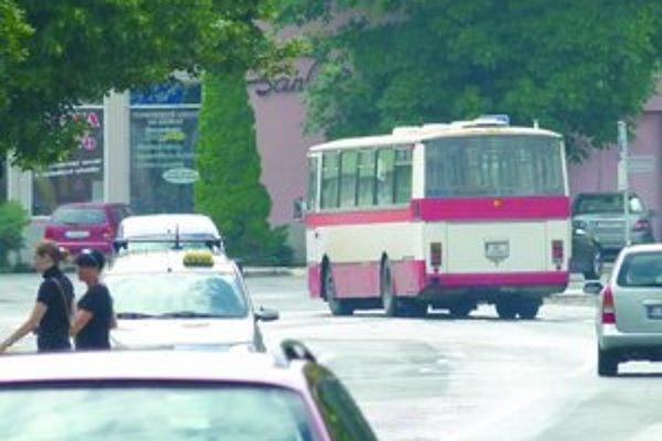 Od júla jazdí v Leviciach menej spojov MHD.