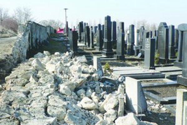 Zvalený múr v cintoríne. Kamene sa zvalili na prvý raz hrobov.