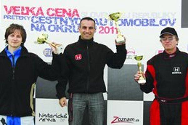 Juraj Kóssi s trofejou pre víťaza (v strede).